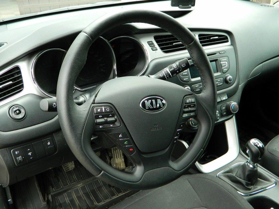 Обилие кнопок пугает только на первый взгляд. Взявшись за руль, не запутаешься. Но обод тонковат, да.