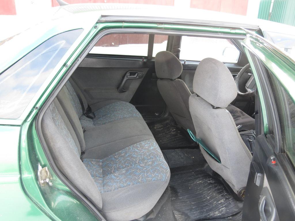 переднее сиденье полностью отодвинуто назад