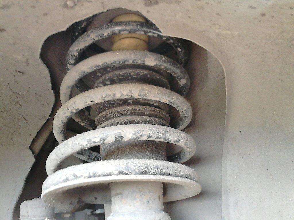Новый амортизатор, пружина и отбойник, передок приподнялся на 3-4 см