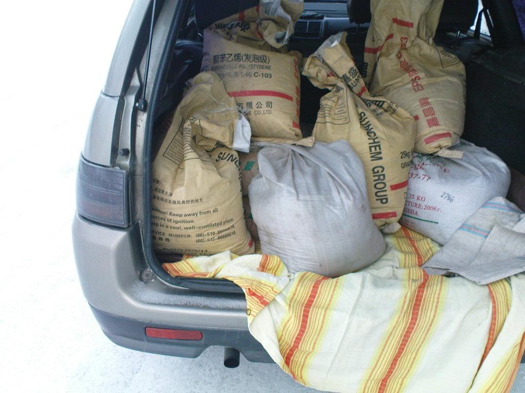 Цемент и песок уложены в багажнике