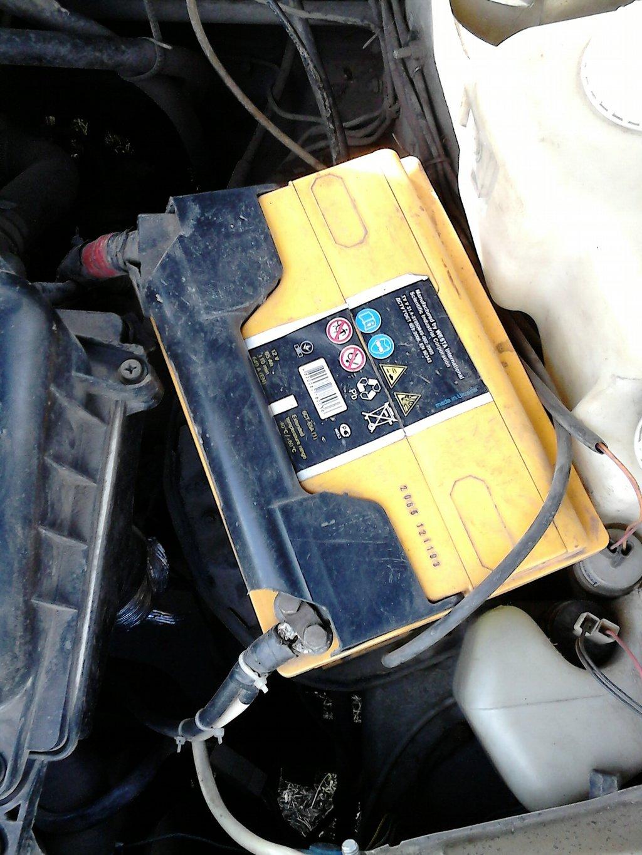 Желтый аккумулятор на 65 Ач