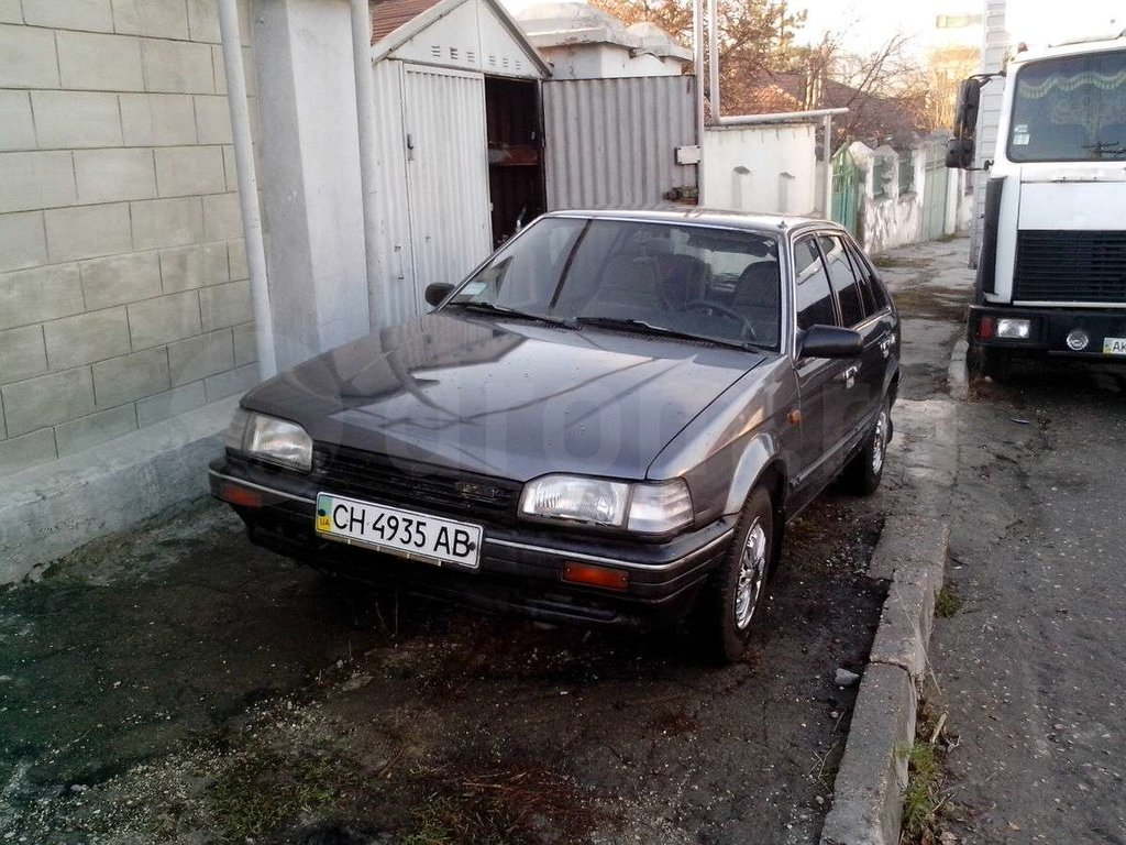 передня стойка mazda323 1988год