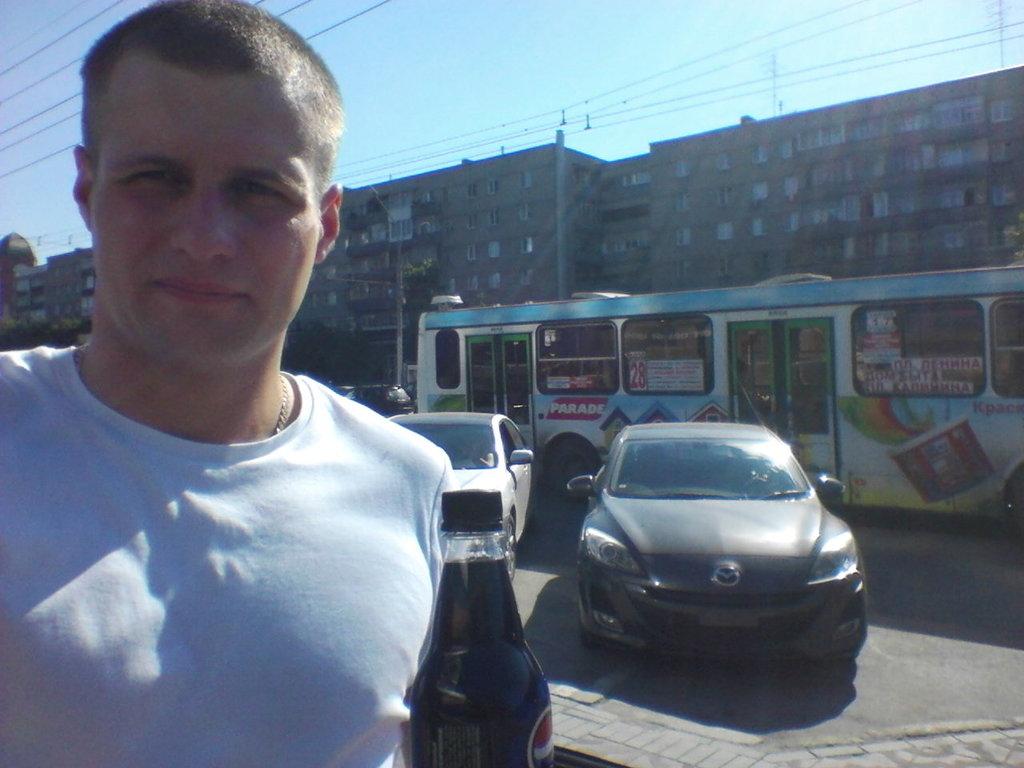 Двигался около получаса, захотел попить …после чего первый раз и запечатлел себя Красивого в центре Новосибирска )))