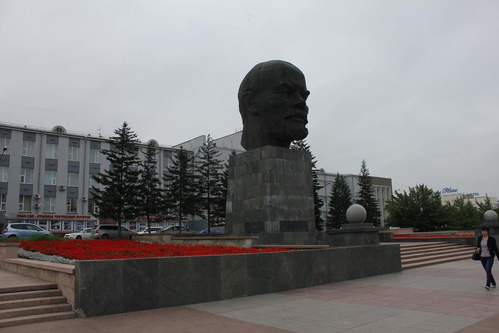 Знаменитая Голова Ильича в центре Улан-Удэ. Знаете, почему голубями не обкакана? Вся лысина в мелких шипах, чтобы птицы не садились