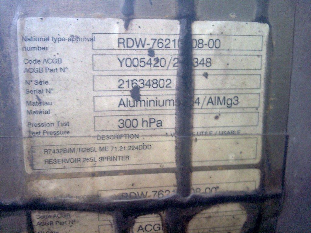 Надпись на баке.Видно что оригинал и объём 265 литров,с горловиной 270.