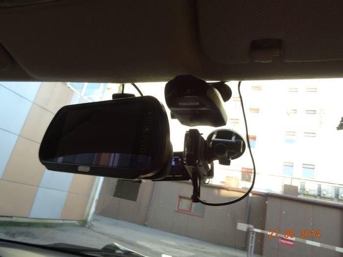 Экран камеры з/х прикрепляется на с/зеркало. Рядом антирадар и регистратор