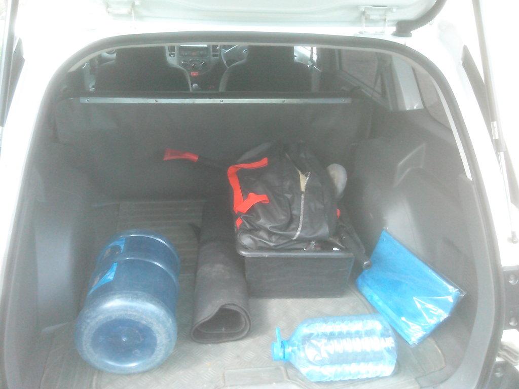 Типовой бардак в багажнике. В ящике трос, метелка, тряпка, стекломой. В левом углу, в нише. Домкрат и его рычаг. Петля для транспортировки. Запаска полноразмерная под днищем.