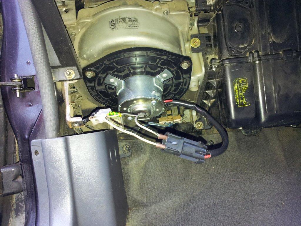 Мотор печки от ВАЗ-2110 установленный на Ниссан Блюбирд