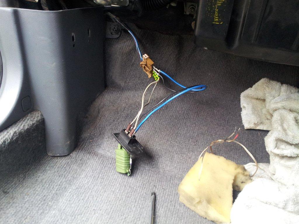 Регулятор напряжения печки от Лада Калина на Ниссан Блюбирд, потом сделал нормальные провода и всё хорошо заизолировал, установил за пластмасс с левой стороны