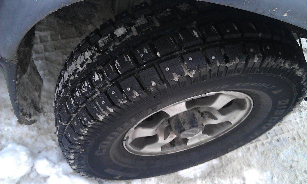 Новые колеса Купер Дискавери. Что характерно - широкие прорези протектора и стенки канавок с развалом - снег просто сразу вываливается из протектора и шина не замыливается.