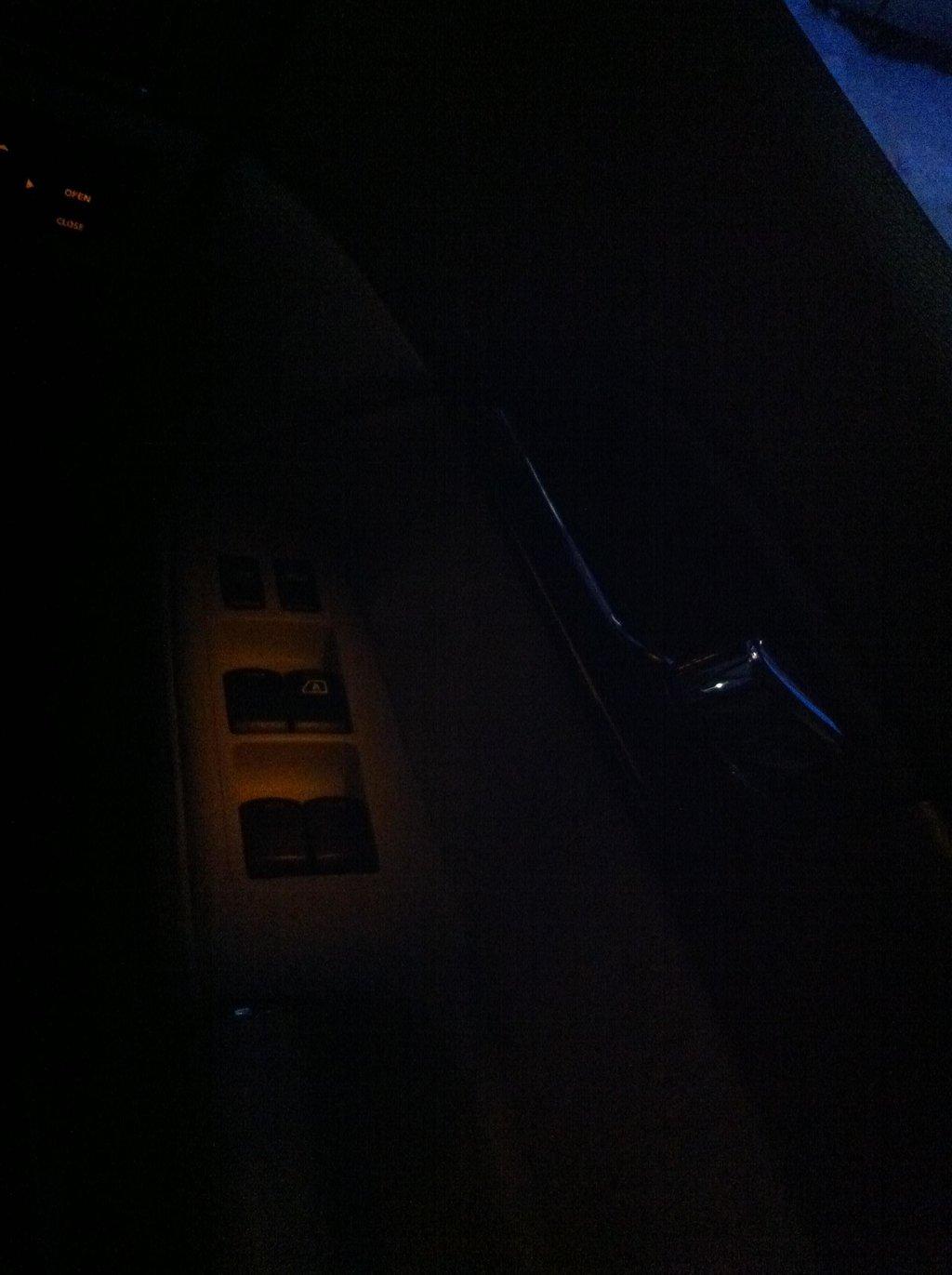 Подсветка кнопок на водительской двери.