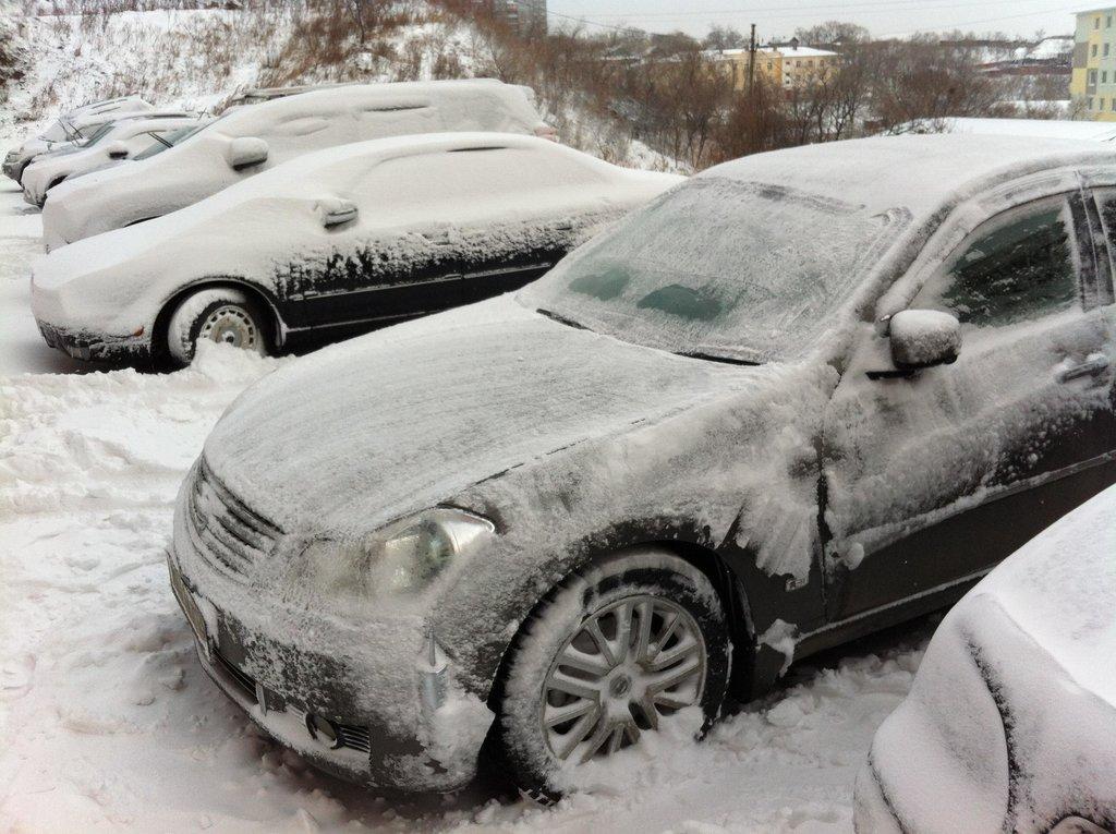 В этот день, после ночного снегопада, пришлось откопать выезд и ехать забирать жену с работы. День закончился благополучно, без неприятных происшествий.. :)