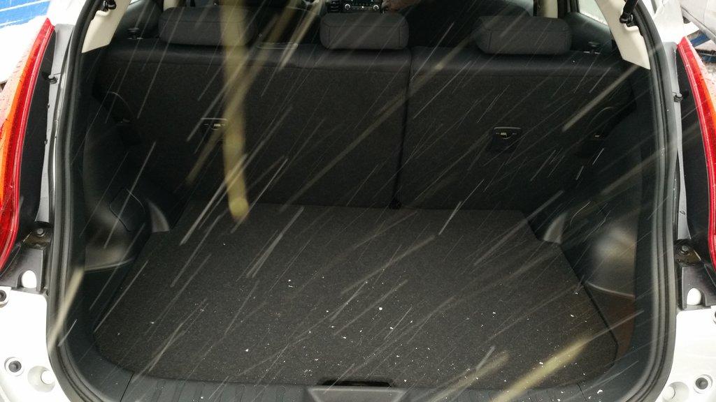 Багажник малюсенький, но сидения складываются в пропорции 40/60, и под полом есть вместительный ящик для огнетушителя, аптечки, и прочей ерунды, которая не захламляет полезное пространство.