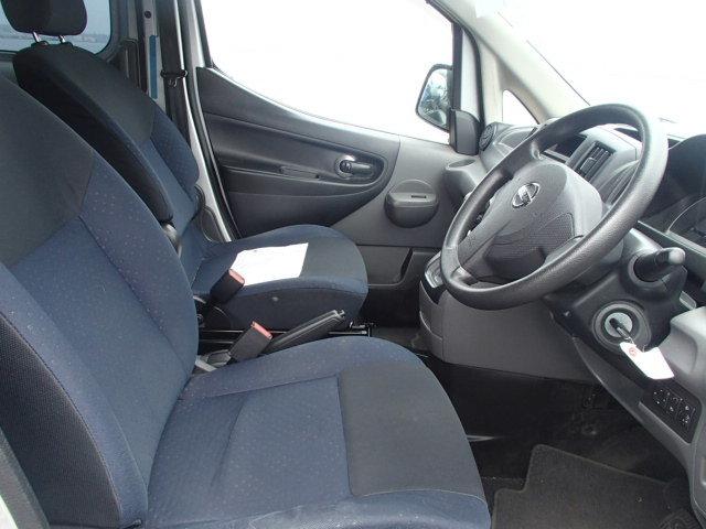 Двухцветные сиденья со съёмными подголовниками.  В версии DX они одноцветные, подголовник литой с сиденьем и нету боковых поддержек.