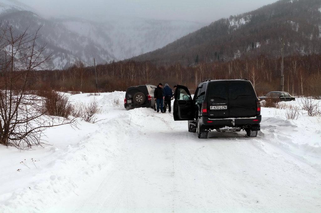Дорога на горнолыжную станцию оказалась не по зубам местной публике, вытаскивали друг друга из сугробов лебёдками.