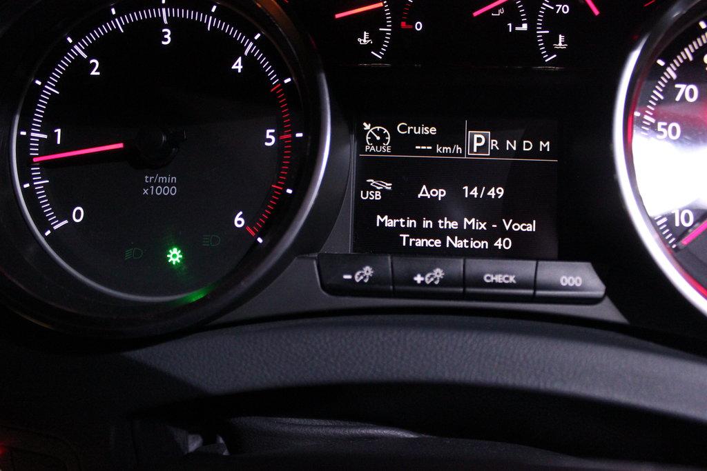 Обороты холостого хода понижены до 750 в минуту, против 820 у Peugeot 607.  Шаг тахометра равен 50 оборотам в минуту. Есть указатели температуры масла и охлаждающей жидкости, как у Peugeot 607.