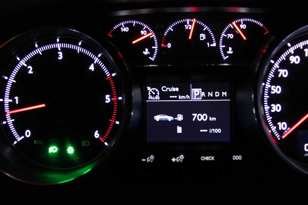 Жизнь показывает, что если в топливном баке солярки чуть больше, чем  половина, проехать 700 на километров с музыкой и климат-контролем автомобиле с двигателем 2.2 HDi FAP (DW 12C) вполне возможно. При этом в багажнике будет немножко вещей, а в салоне пассажир. Объём топливного бака равен 72 литрам.