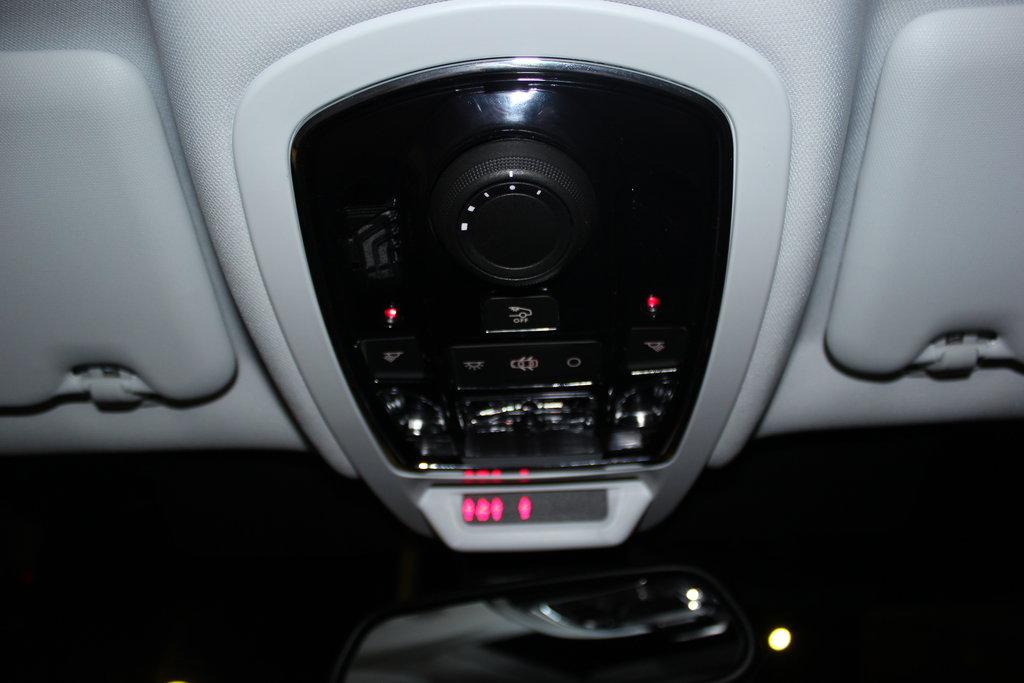 Изящно устроенный светильник на светодиодах. Видны две лампочки, дающий рассеяный красный свет. Свет ненавязчивый, незаметный, но помогающий видеть всё, что происходит в салоне, когда основной светильник выключен. Можно отключить свет задним пассажирам. Большая крутилка отвечает за управлением люком в крыше. Возле зеркала заднего вида устроилась сигнализация, показывающая  непристёгнутых пассажиров и то, включена или выключена передняя пассажирская подушка безопасности.