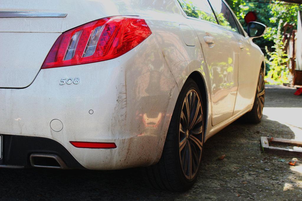 Отличный коэффициент аэродинамического сопротивления (у седана 508 Cx= 0,26)  и удачный цвет позволяют неплохо выглядеть после пробега в две тысячи километров.