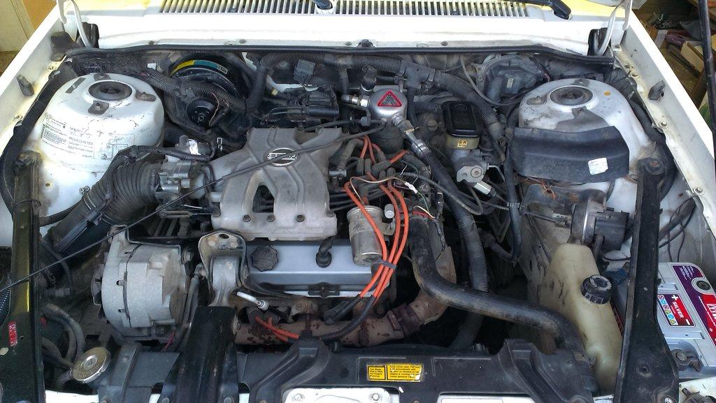 поперечно расположенный V-образный 6-ти цилиндровый, инжекторный двигатель, объёмом 2,8 литра
