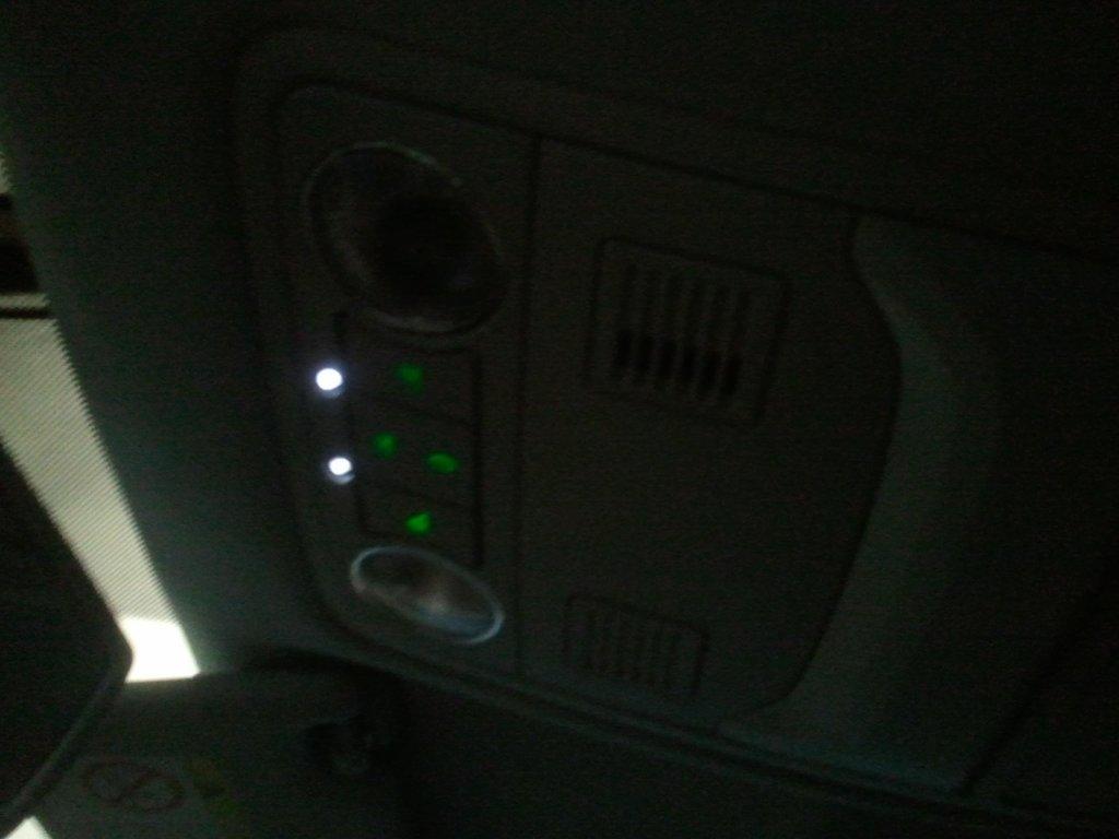 две маленькие лампочки-подсветка зоны рычага КПП
