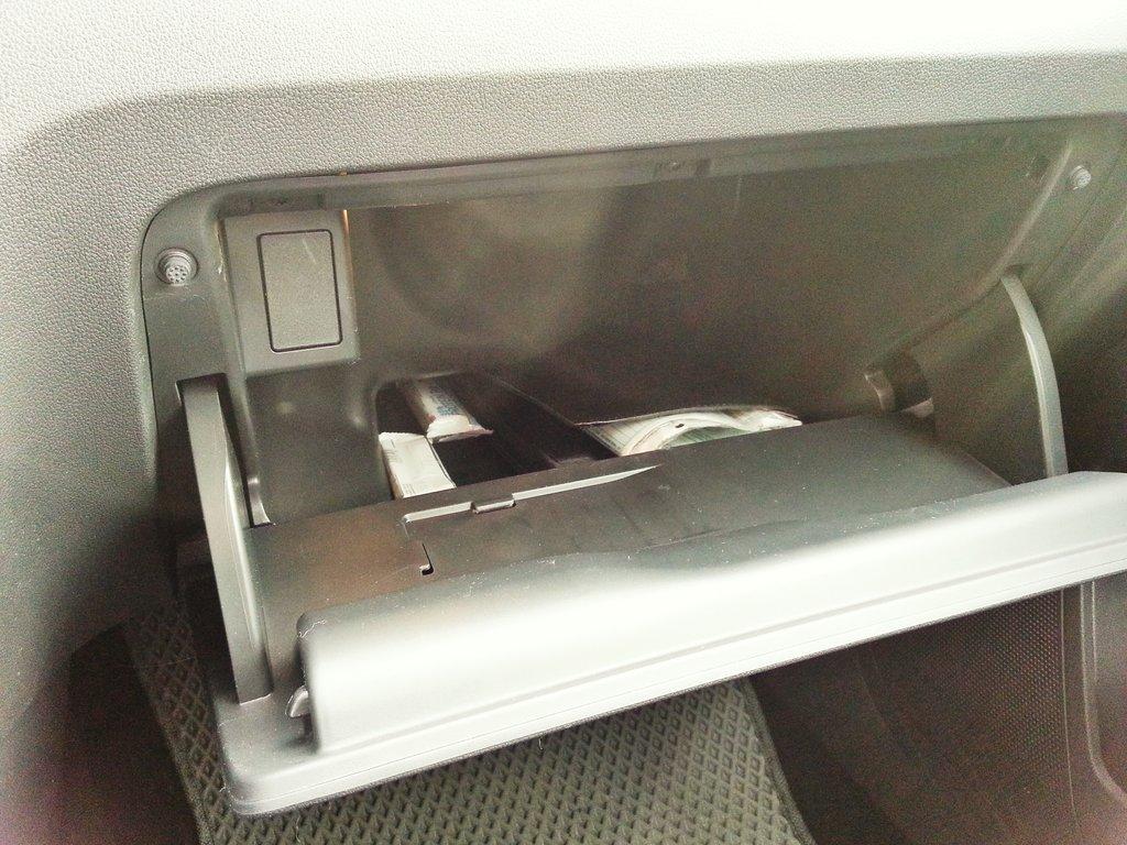 Кажется маленьким, но папки с бумагами улетают туда со свистом и не мнутся. Для перчаток и шоколадок место тоже остается.