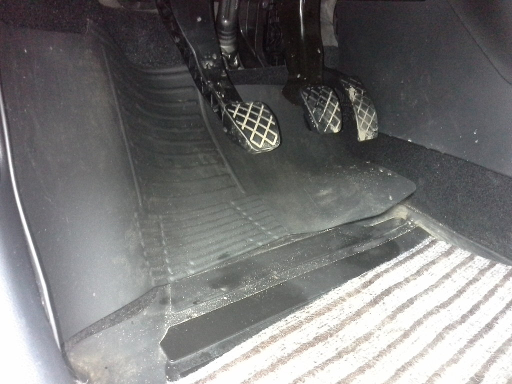 Выход из положения, кусок резины под педали, а сверху я стелю воров коврики (из фикс прайса) очень практично и удобно впитывают влагу и песок.