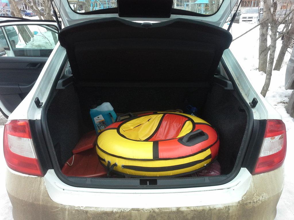 Багажник очень огроменный,-это приемущество рапид, мне хватает, туда все детские игрушки и причендалы влезают и три ватрушки разом.