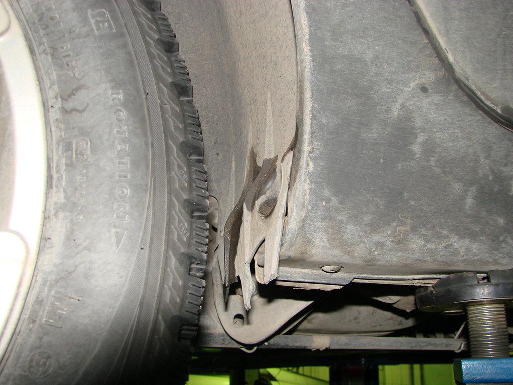 камни от переднего колеса разрушили брызговичек зимой.