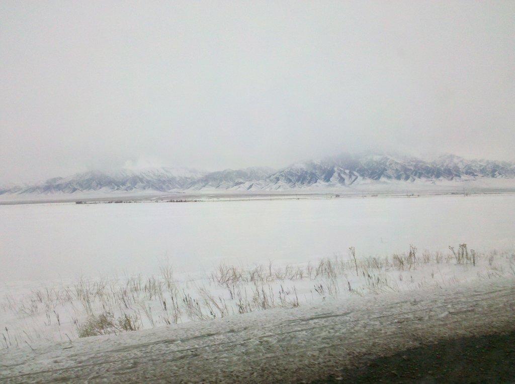 По дороге в Алмату: Западный Тянь-Шань. В горах шёл снег...