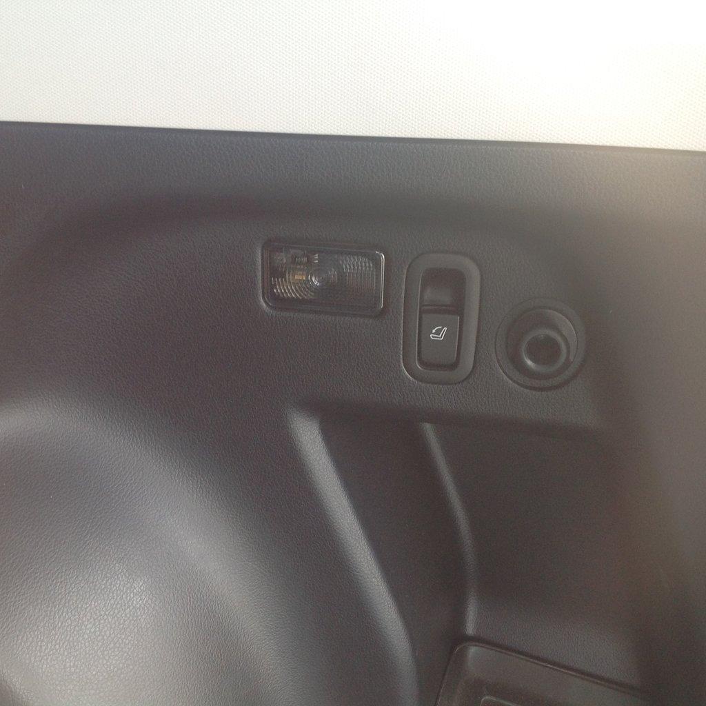 Кнопка складывания спинки правого сидения
