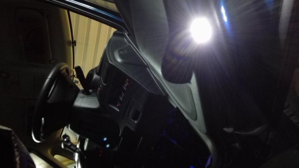 светодиод на двери -фото снизу от пола