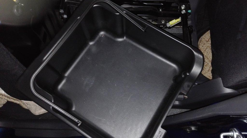 ящик под сиденьем пассажира