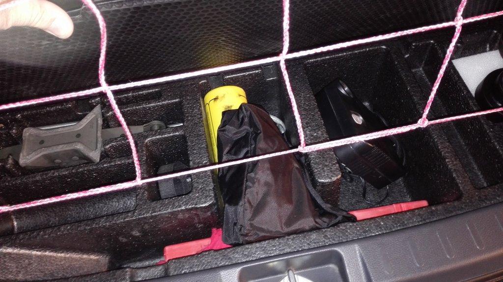 ниша в багажнике для инструмента