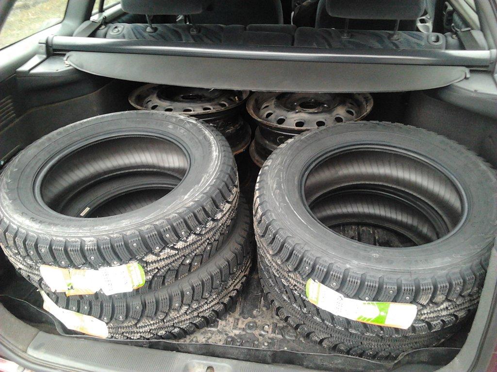 Багажник приличный по объему, 4 диска r14, и 4 зимних покрышки r14 уместились без проблем...