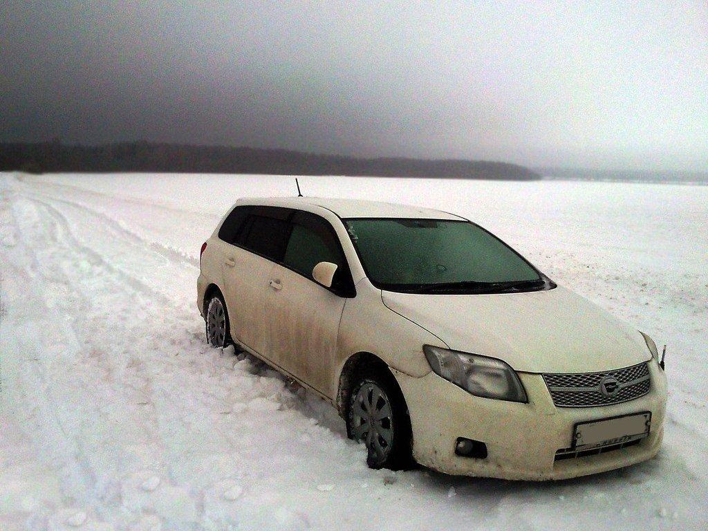 Дальше ехать не смог. Пришлось бросить машину на ночь прямо в поле и топать до ближайшей деревни. Это фотка на утро после снегопада.