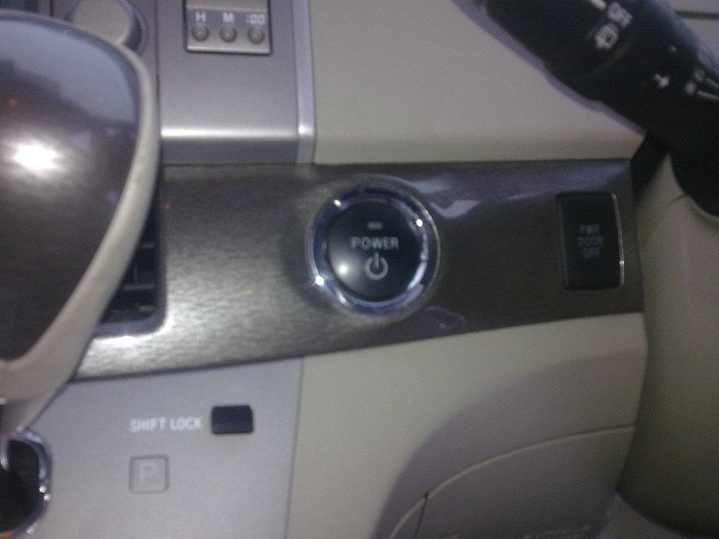 Кнопка запуска, и кнопка отключения эл.привода задних дверей