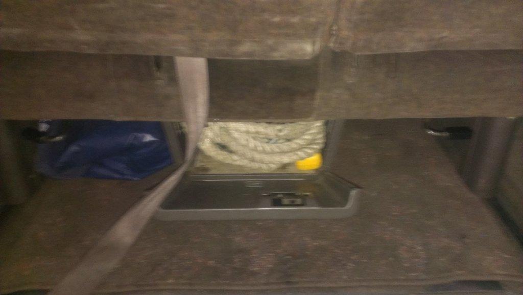 ящик под постельное белье занял инструмент