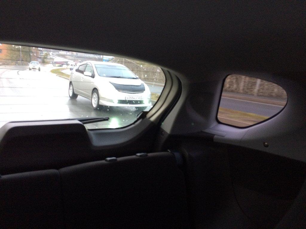 Снимал во время движения, рискуя жизнью. Вид примерно соответствует водительскому. Обгоняющую машину видно, несмотря на широкие стойки.