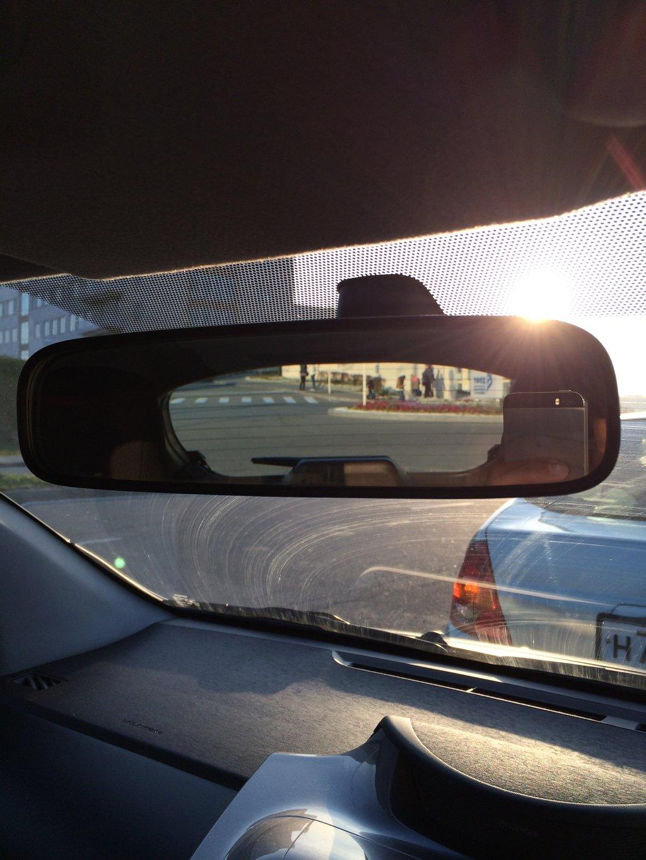 Заднее стекло сравнительно небольшое и низкое, в зеркало не всегда видно далеко едущие машины.