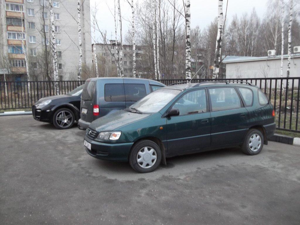 Огороженная и охраняемая стоянка придорожного отеля в Петушках (Владимирская область).