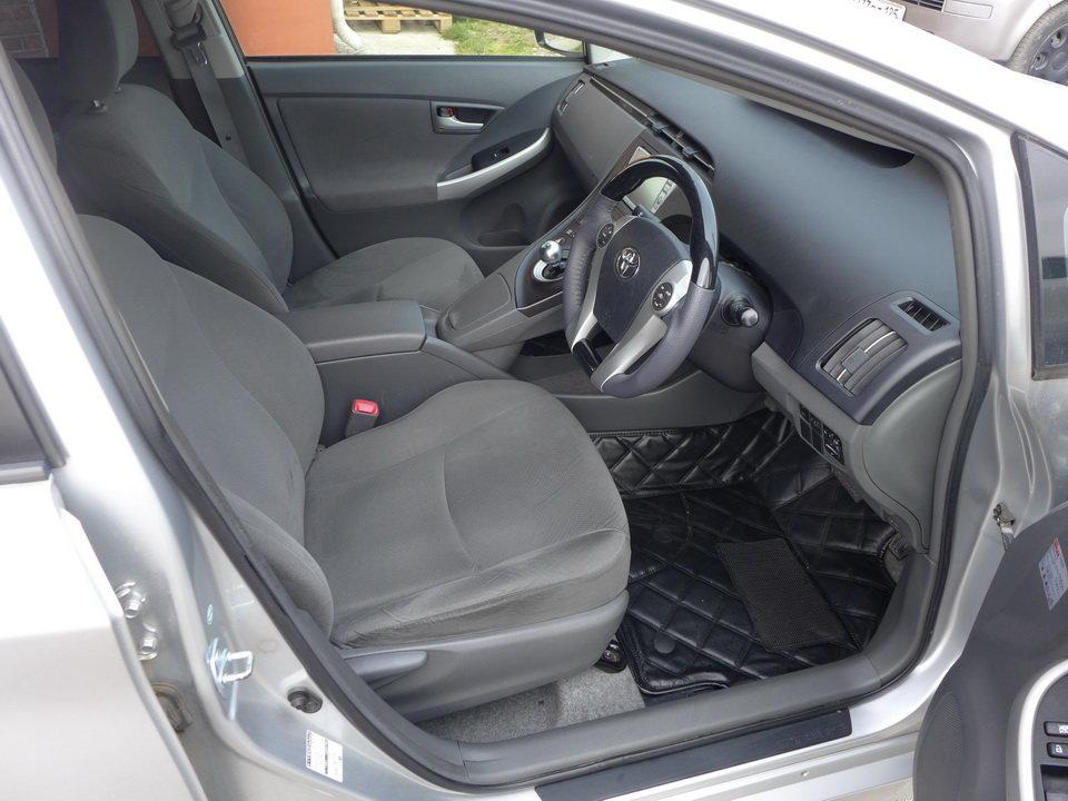 Нет регулировки сидения по высоте, водитель сидит как в капсуле, слева давит панель с селектором АКПП.