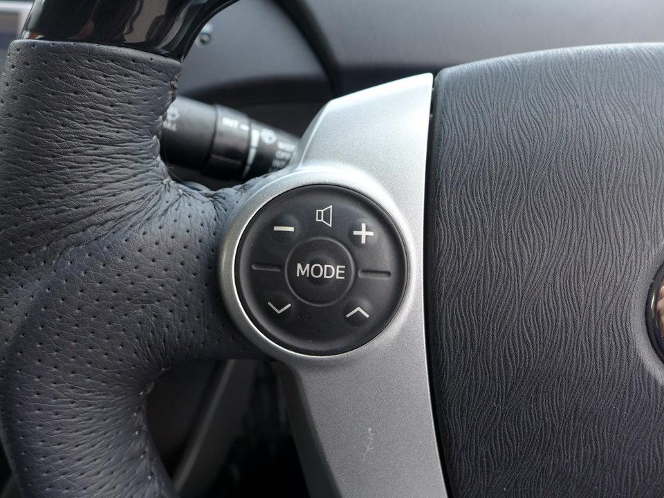 Кнопки резиновые, в 20-м кузове они пластиковые, больше по размеру и удобней.