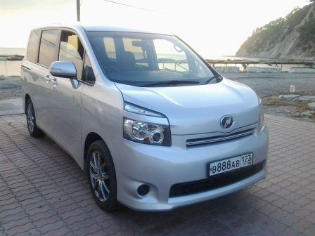 Toyota Voxy 2008 - отзыв владельца