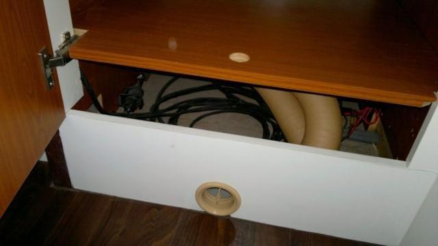 Под шкафом - сама система отопления