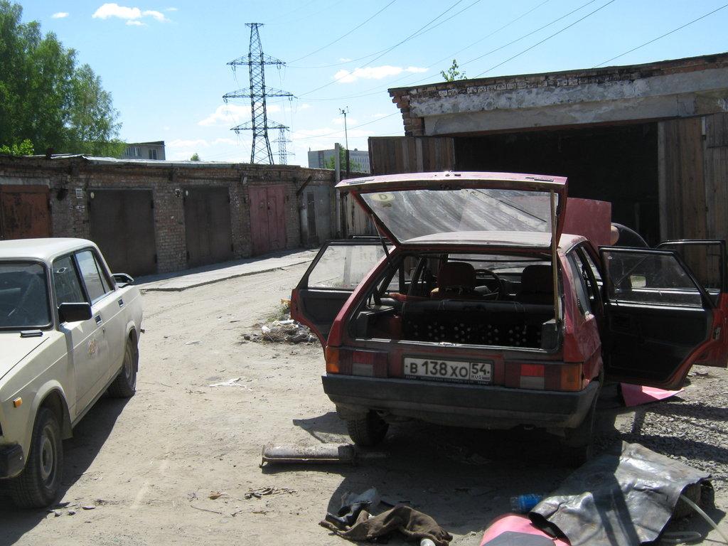Рядом стоит моя первая машина, ВАЗ-2107 88 г.в. Которая за несколько дней до продажи, стала очень плохо себя вести, ни с того ни сего порвался ремень на помпу охлаждения.