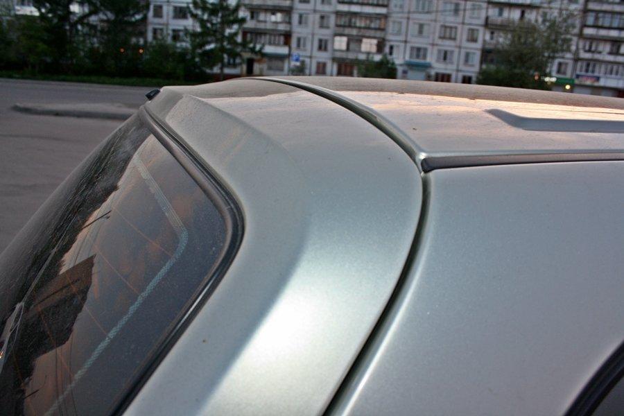 Сгиба на верхней полке крышки багажника быть не должно - он получился от контакта с крышей...