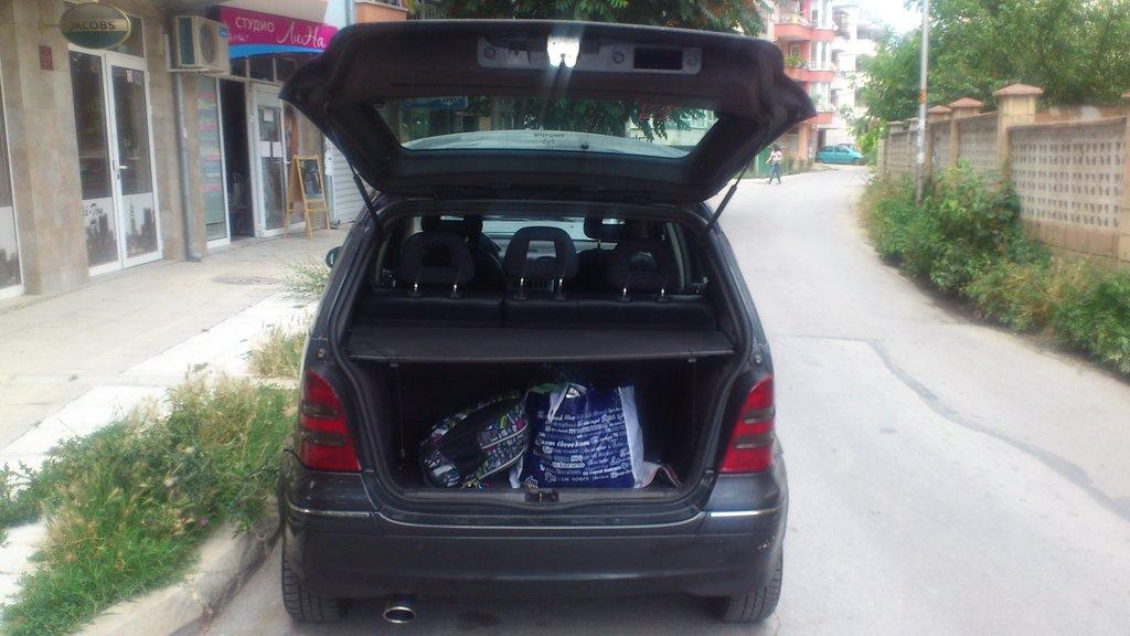Багажник не велик, но ездить по магазинам достаточно. Все, что необходимо, попрятано по нишам.
