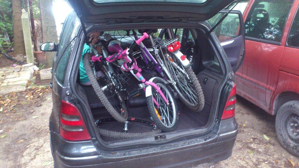 Но стоит сложить задние сиденья, и входят 3 (!) велосипеда. Машинка внутри гораздо больше, чем кажется снаружи.)