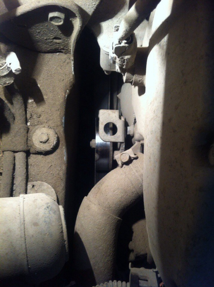 Собственно здесь и фото того, места где должен быть какой-то натяжной механизм, из-за которого скрип на холодную, прошу помогите)